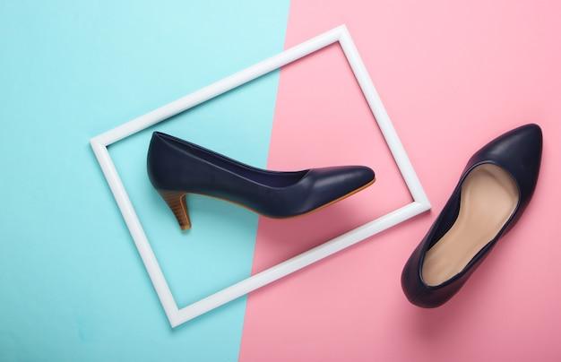 Женские классические туфли на высоком каблуке на сине-розовой пастельной поверхности с белой оправой