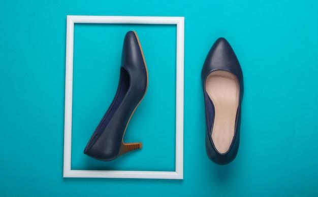 Женские классические туфли на высоком каблуке на синей поверхности с белой оправой