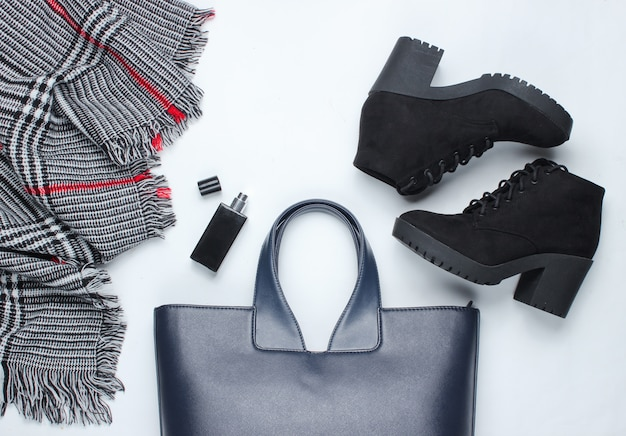 Женская одежда, обувь и аксессуары на белой поверхности