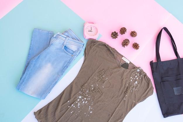 Макет базы женской одежды, внешний на бледно-мятном пастельном фоне. концепция образа жизни. будильник. маленькая сумка. сумка