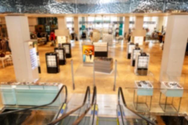 Отдел женской одежды в красивом крупном торговом центре. размытый.