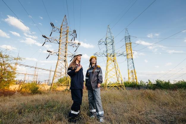 Женский коллектив энергетиков проводит обследование оборудования и линий электропередач. энергия.