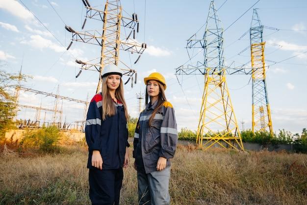 여성 에너지 노동자 집단은 장비와 전력선을 검사합니다. 에너지.