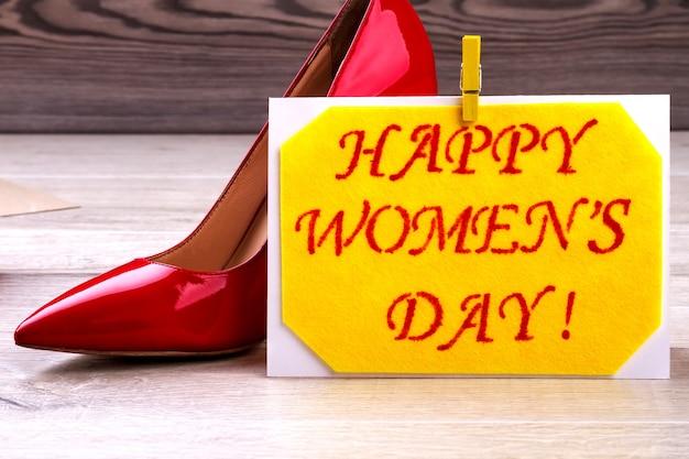 女性の日カードと靴。布のグリーティングカードの洗濯ばさみ。お祝いの一環としてのファッション。すべての休日の創造性。