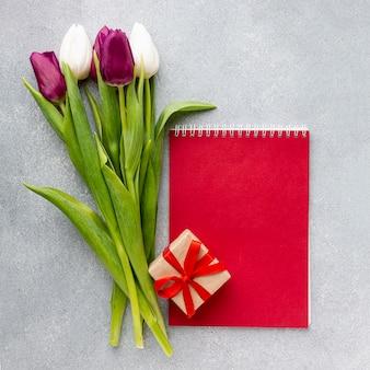 Женский день концептуальная композиция с красным блокнотом
