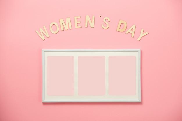 여성의 날 개념, 행복한 여성의 날, 국제 여성의 날. 산호 배경에 그림 프레임 나무 여자의 날 텍스트
