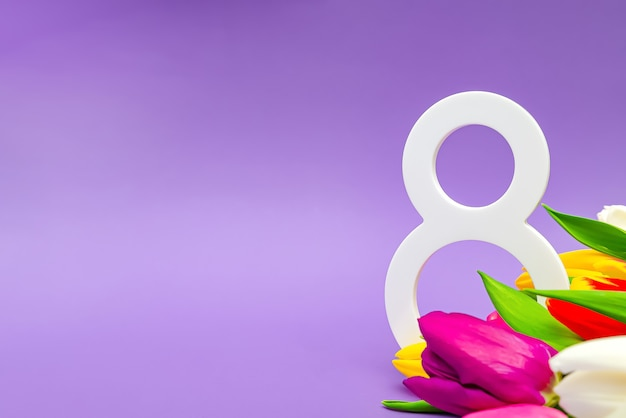 여성의 날, 3월 8일, 축하합니다. 배경색이 있는 꽃, 텍스트를 위한 장소. 광고, 엽서, 축하에 적합합니다. 공간 복사