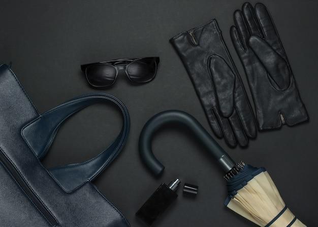 Женские модные аксессуары на черном фоне. сумка для пены, перчатки, зонт, солнечные очки, флакон для духов. вид сверху