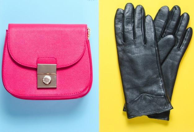 파스텔 컬러 배경에 여성 패션 액세서리. 가방, 장갑. 미니멀리즘 패션 컨셉. 평면도
