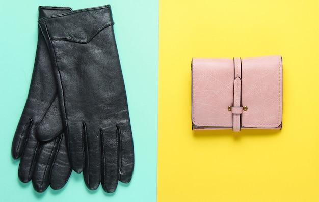 Женские модные аксессуары на фоне пастельных тонов. кошелек, перчатки. минималистичная концепция моды. вид сверху