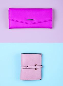 Женские модные аксессуары на пастельном фоне. кожаный кошелек, кошелек. вид сверху