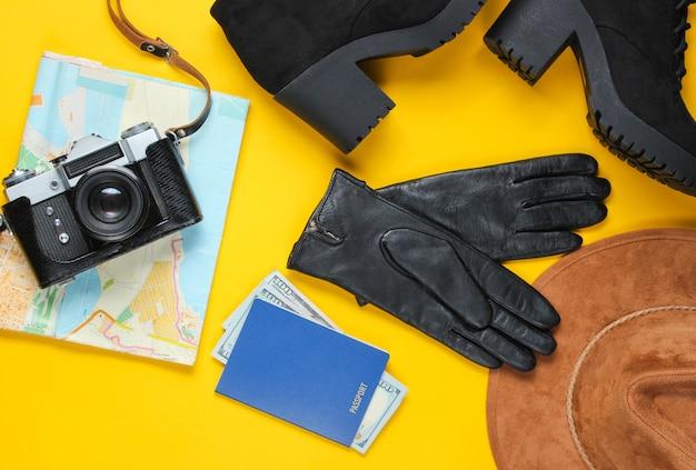Женские модные осенние дорожные аксессуары, обувь и ретро пленочная камера на желтом, плоской планировке