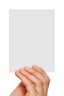 Женские пальцы, держа пустую белую карточку
