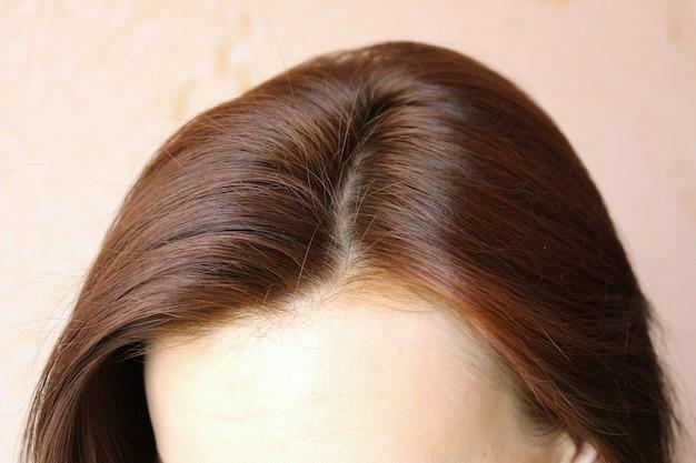 Женские волосы крупным планом вид сверху.