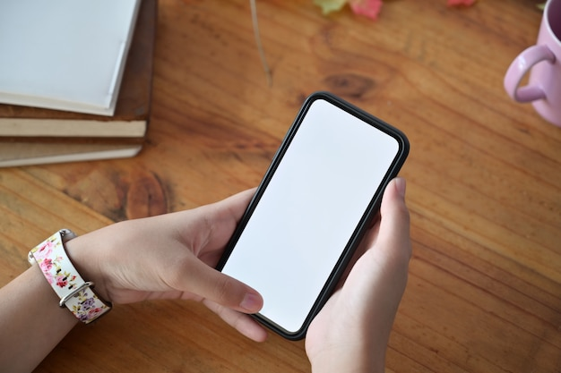 그래픽 디스플레이 몽타주 빈 화면으로 휴대 전화를 들고 여자의 손.