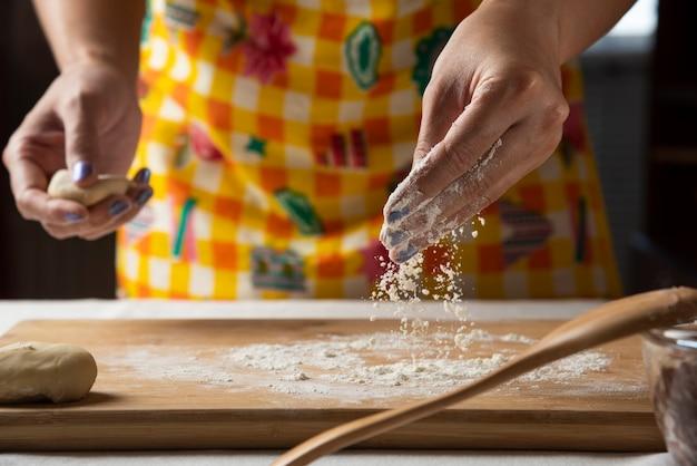 女性の手がアゼルバイジャン料理のグタブの生地を作ります。