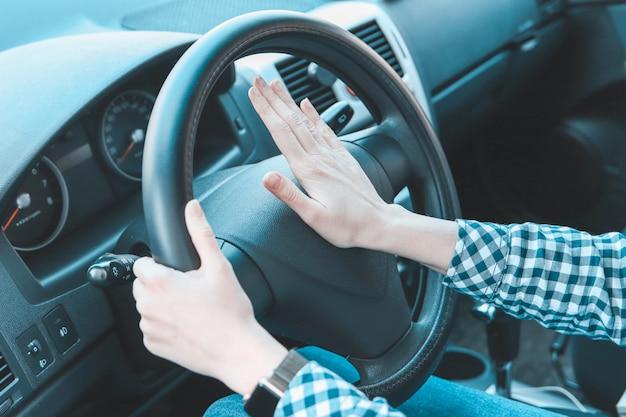Женские руки на руле автомобиля