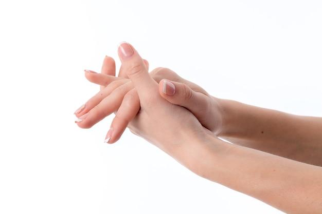 한 손바닥으로 앞으로 뻗어 있는 여성의 손을 다른 클로즈업으로