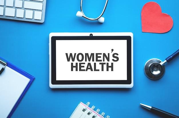 태블릿 화면에 여성 건강 텍스트. 의료 개념