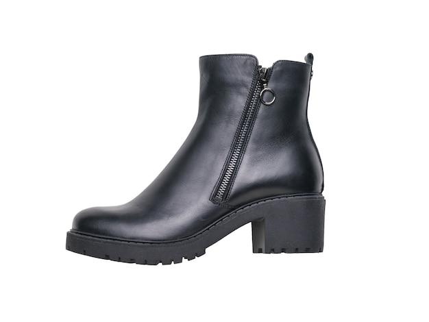 흰색 배경에 지퍼가 달린 여성용 굽이 높은 가죽 신발.