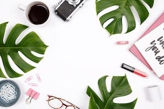 女性のホームオフィスデスクワークスペース、熱帯ヤシの葉と白い背景。クリエイティブc