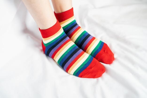靴下色の女性の足が交互に、白い布の床の上にサイドスタンド。