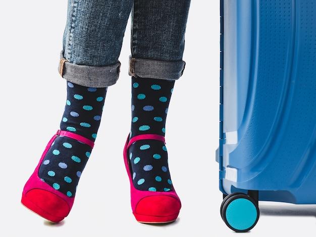 女性の足、流行の靴、明るい靴下。閉じる。スタイル、美しさ、エレガンスのコンセプト