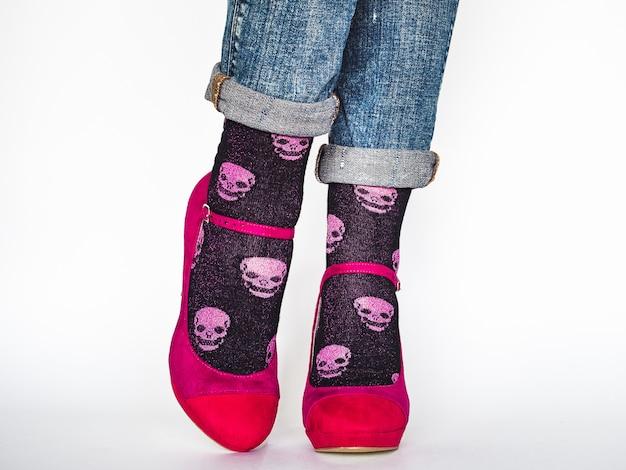 여성 다리, 트렌디 한 신발, 밝은 양말