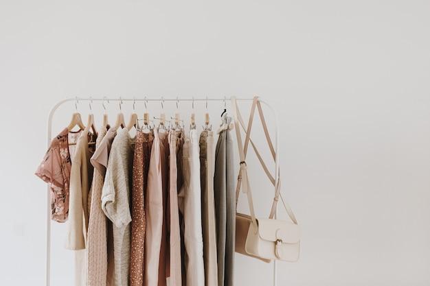 女性のミニマルファッションパステル服