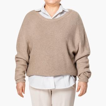 デザインスペースのある女性の特大の茶色のセーターカジュアルアパレルをクローズアップ