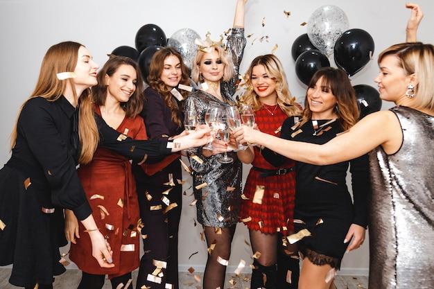 シャンパンと風船を持つ女性のパーティー