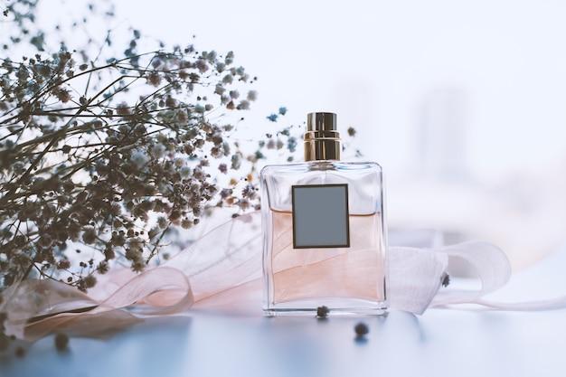 女性の香水と繊細な花