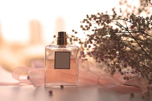 女性の香水とドライフラワー