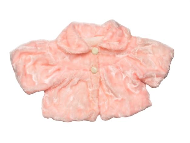Женская розовая меховая накидка на белом фоне. стильная женская меховая одежда. плоская планировка.