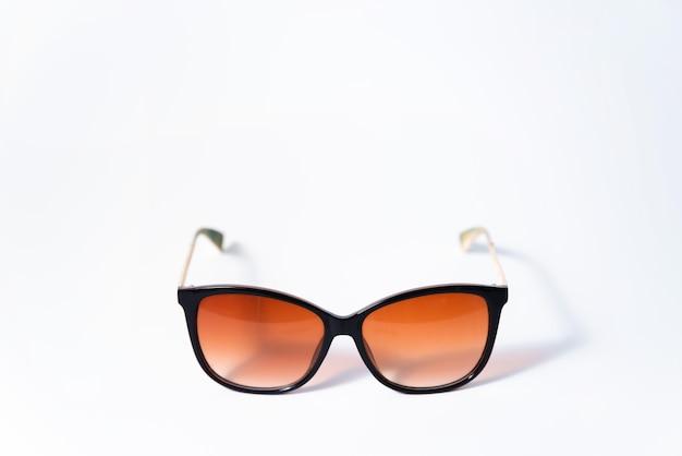 白い背景の上の女性のレトロなサングラス