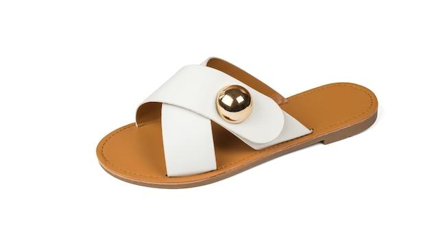 白い背景で隔離の金属ブローチと女性のサンダル。快適な夏の婦人靴。