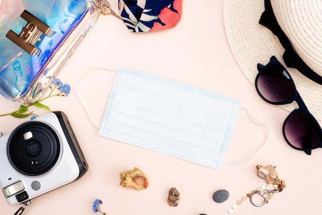 밝은 표면에 성인 장난감, 카메라, 모자, 안경, 보호 마스크 및 장갑의 여성 세트.