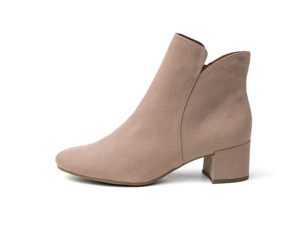 白い表面に分離された軽いスエードで作られた女性の靴