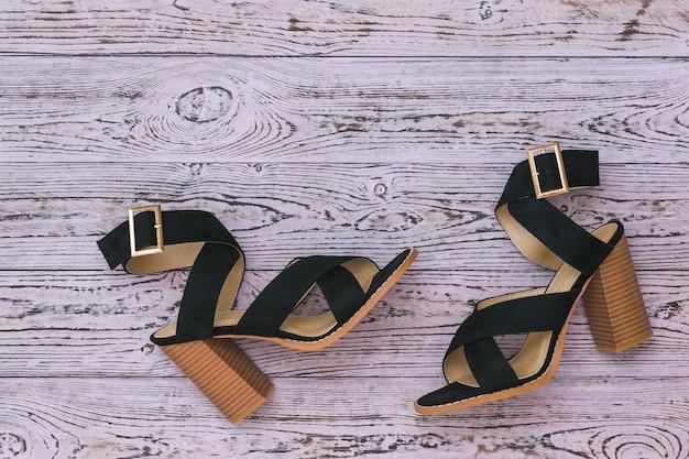 木の床に夏の女性の靴黒