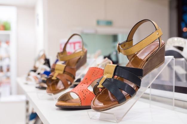 店の女性の靴