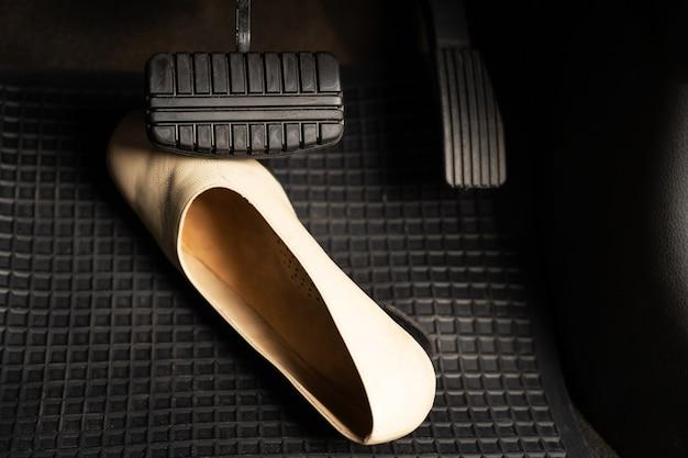 자동차에 있는 여성용 신발은 위험한 사고를 유발합니다.
