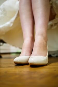 花嫁のための結婚式の日の女性の靴
