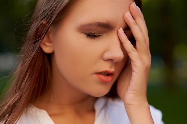 여자의 어리석은 실수. 죄책감 후회 두통 숙취 개념을 잊지
