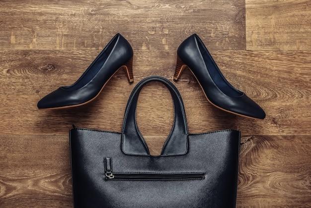 床に女性のスタイリッシュなアクセサリー。ファッショニスタ。ハイヒールの靴、バッグ。上面図。フラットレイスタイル