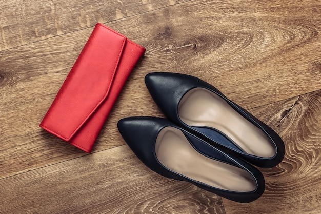 床に女性のスタイリッシュなアクセサリー。ファッショニスタ。ハイヒールの靴、財布。上面図。フラットレイスタイル