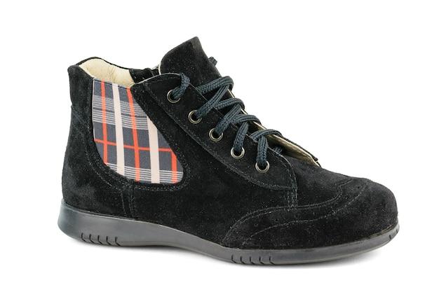 分離された組織のパネルで女性のスエードブーツ。涼しい天候のための快適な女性の靴。