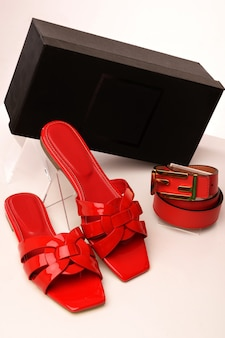 白の革ベルト付きの女性の夏の靴