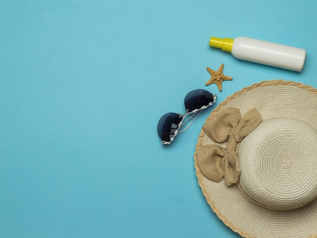 サングラスと日焼け止めが付いている女性の日よけ帽。夏休みと旅行の概念。