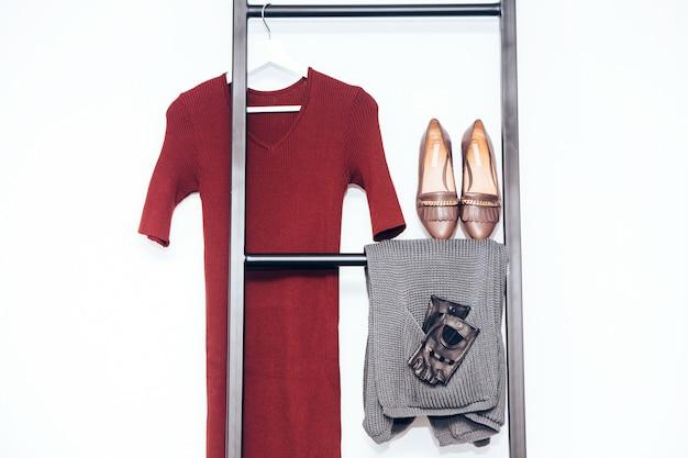 女性のワードローブ。ニットカーディガン、革手袋。カジュアルウェアー。