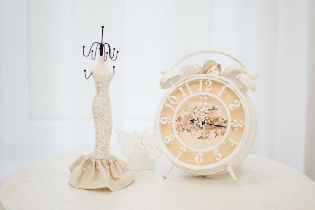 時計、セレクティブフォーカスの女性の結婚式のジュエリー(イヤリング、ブレスレット)